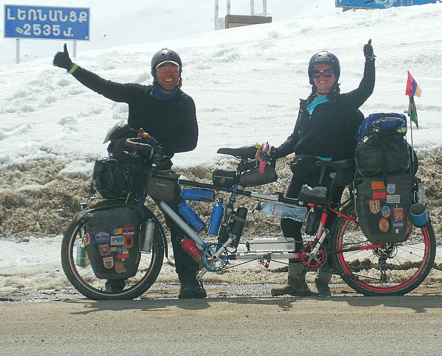 """Thiago, Flávia e """"Minhoca"""", a bicicleta tandem."""